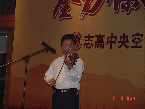 总为大家带来了精彩的小提琴演奏,各产管中心也纷纷派出员工高歌一曲图片